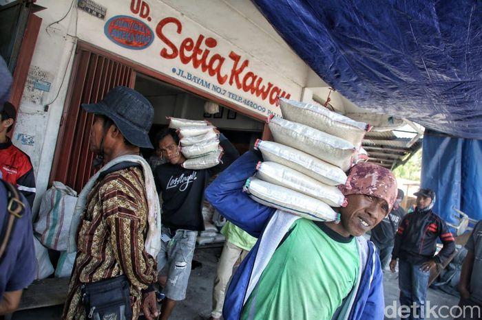 Sejumlah warga beraktivitas di Pasar Manonda, Palu Barat, Sulawesi Tengah, Jumat (5/10).