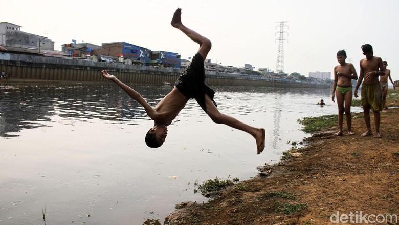 Serunya Berenang di Kanal Banjir Barat