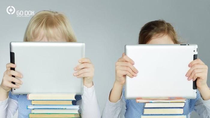 Hati-hati memberikan gadget sejak dini pada anak, bisa-bisa memicu autisme, lho. Foto: go dok