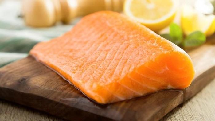 Salmon merupakan salah satu makanan yang bisa membantu pemulihan stroke. Foto: iStock