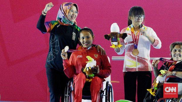 Ni Nengah Widiasih meraih perak di cabor para powerlifting. (