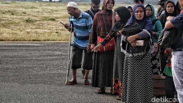 Proses evakuasi korban gempa bumi di Palu, Sulawesi Tengah. Foto: Pradita Utama