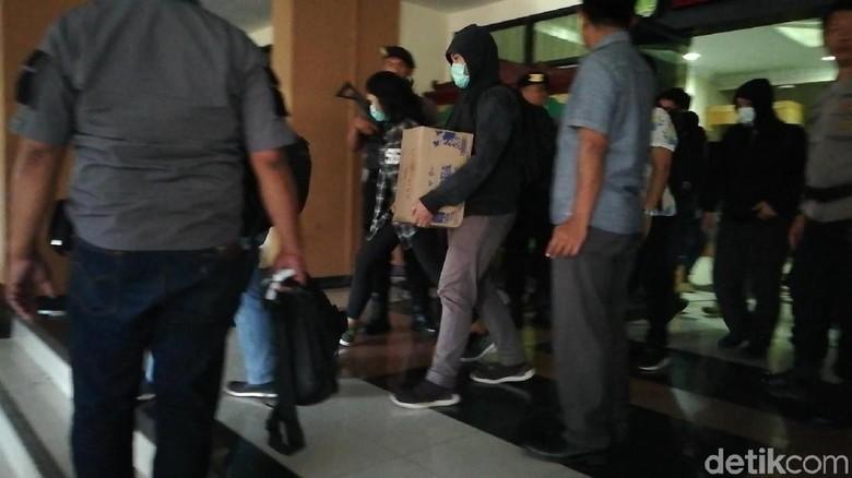 9 Jam Geledah 6 Lokasi di Pasuruan, KPK Bawa Tumpukan Barang Bukti