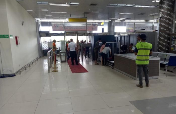 Gerbang pemeriksaan penumpang di terminal Bandara Mutiara Palu kembali berfungsi. Nampak aktivitas petugas bandara yang mengatur alur calon penumpang melewati gerbang pemeriksaan, dan beberapa penumpang sedang mengambil barang yg telah melewati jalur X-Ray. Istimewa/Kementerian Perhubungan.