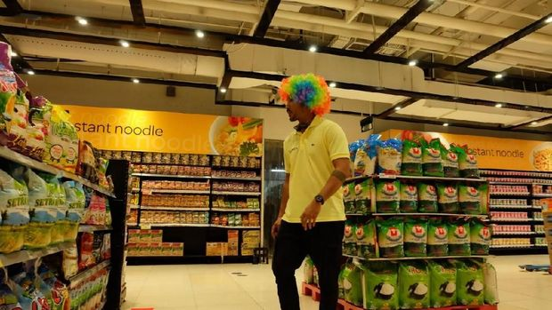 Rio Dewanto saat mencari barang belanjaan. Foto: detikcom