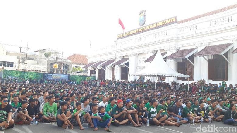 Ini Keseruan Nobar Persebaya vs Arema di Mapolrestabes Surabaya