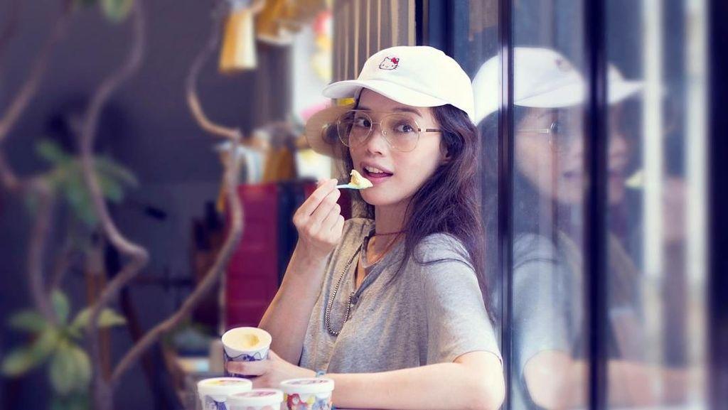 Manisnya Awet! Lihat Gaya Shu Qi Saat Makan Es Krim dan Ramen