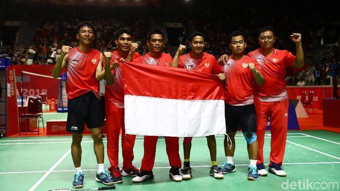 Bulutangksi beregu putra persemabhkan emas pertama untuk Indonesia di Asian Para Games 2018. (Agung Pambudhy/detikSport)