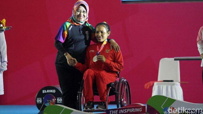 Ni Nengah Widiasih meraih medali perak di cabang olahraga angkat berat Asian Para Games. Senyum senang pun terpancar di wajah atlet asal Bali itu. Rifkianto Nugroho/detikSport)