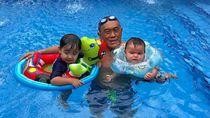 6 Gaya Aburizal Bakrie Momong Cucu