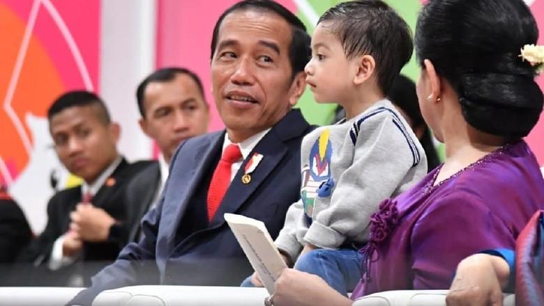 So Sweet! Presiden Jokowi Sempatkan Beli Oleh-oleh untuk Cucunya/ Foto: Dok. Laily Rachev - Biro Pers Setpres