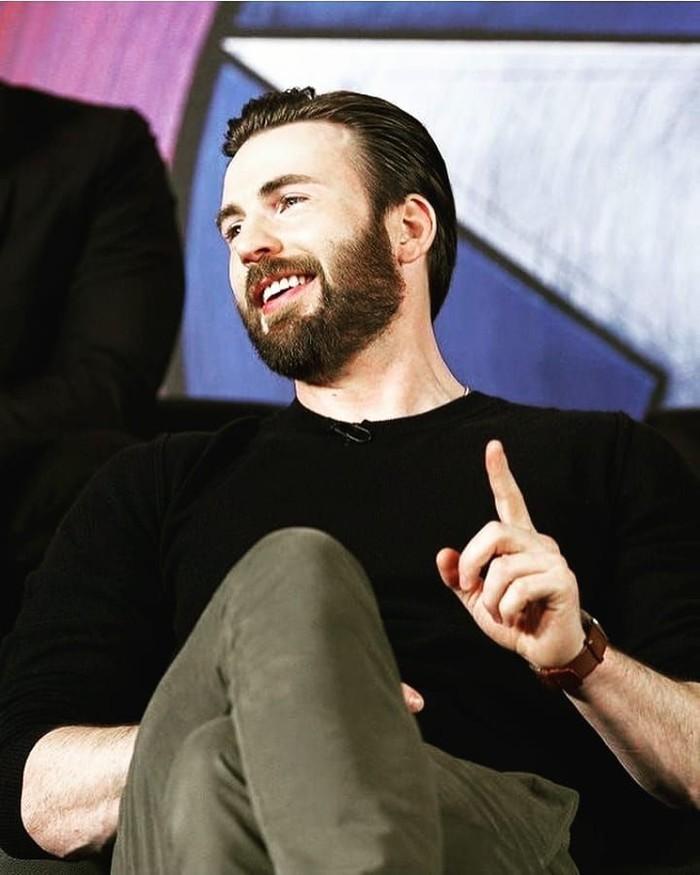 Pemilik nama lengkap Christopher Robert Evans ini adalah aktor berdarah Amerika yang sukses memerankan tokoh superhero Captain America. Selain jago akting, ia juga jago makan. Foto: Instagram
