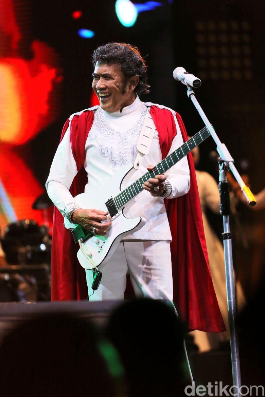 Sang Raja Dangdut menyelipkan tausiah di sela-sela konsernya. Foto: Rhoma Irama di Synchronize Fest 2018 / Hanif Hawari