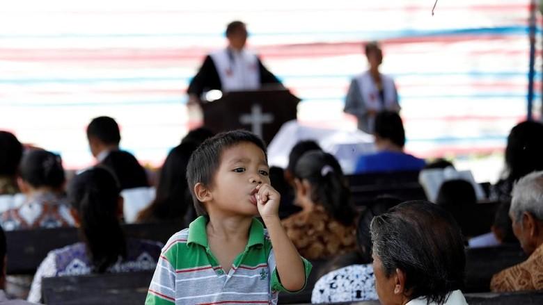 Tangis Warga Sigi Saat Hadiri Ibadat di Tenda Darurat