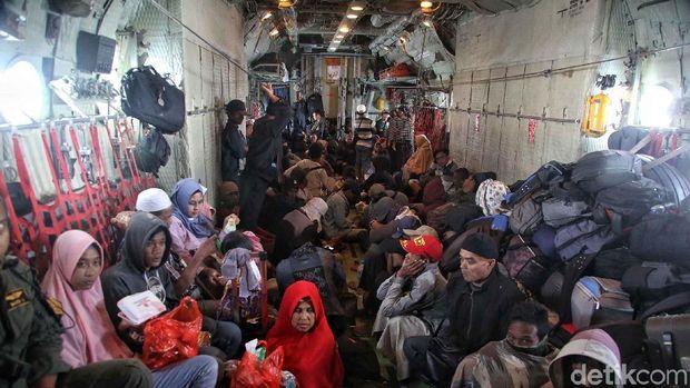 Suasana di dalam pesawat Hercules yang mengangkut pengungsi gempa Palu