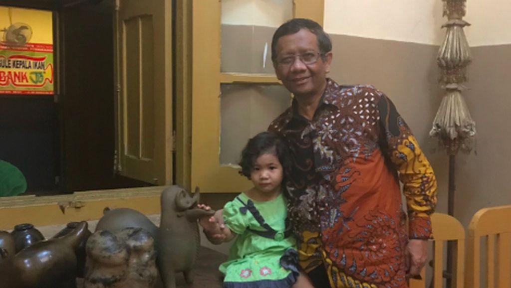 Momen Manis Mahfud MD Ketika Bersama Anak-anak