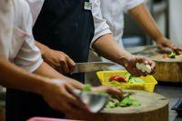 Dituduh Sebarkan Bakteri E-Coli di Makanan Tamu, Chef Ini Dipecat