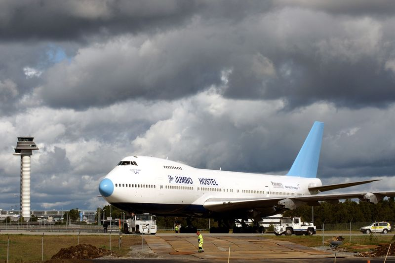Jumbo Stay merupakan hostel di Bandara Arlanda Stockholm. Traveler diajak merasakan sensasi menginap di dalam pesawat Boeing 747-212B buatan tahun 1976 (Jumbo Stay)
