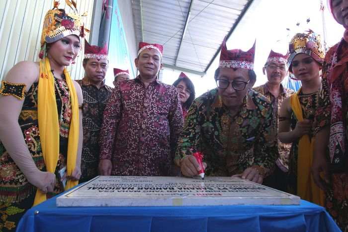 Komisaris Utama PT Sarana Bandar Nasional Pelni Logistic Harry Boediarto menandatangani prasasti usai meresmikan gudang baru di Banyuwangi, Jawa Timur, Jumat (5/10). Foto: dok. Pelni