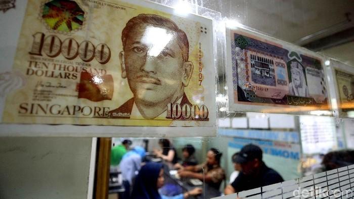Tak cuma dolar Amerika Serikat (AS) yang menghantam mata uang rupiah. Nilai tukar dolar Singapura juga terus menguat terhadap rupiah.