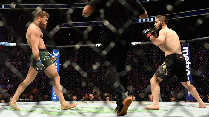 Duel Conor McGregor dengan Khabib Nurmagomedov pada Oktober 2018. Rematch duel itu dipastikan tak terjadi karena McGregor sudah menyatakan pensiun (Harry How/Getty Images/AFP)