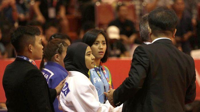 Miftahul Jannah meninggalkan arena sesudah didiskualifikasi dari pertandingan kelas 52 kg blind judo Asian Para Games 2018 di JIExpo, Kemayoran, Jakarta, Senin (8/10). (Foto: dok. Antara Foto)