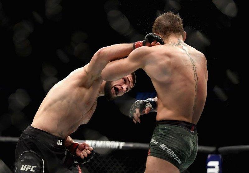 Conor McGregor dan Khabib Nurmagomedov berduel untuk memperebutkan titel juara UFC kelas ringan pada Minggu (7/10) kemarin di T-Mobile Arena, Las Vegas (Harry How/Getty Images/AFP)