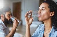 Minumlah air setidaknya 8 gelas per hari.