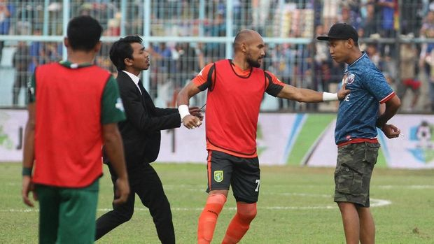 Sejumlah suporter Arema menghampiri pemain Persebaya sebelum pertandingan di Stadion Kanjuruhan.