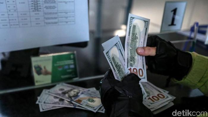 Nilai tukar dolar AS terhadap rupiah pada sore ini kian menunjukkan penguatan. Per pukul 15.10 WIB, US$ 1 berada di Rp 15.299.