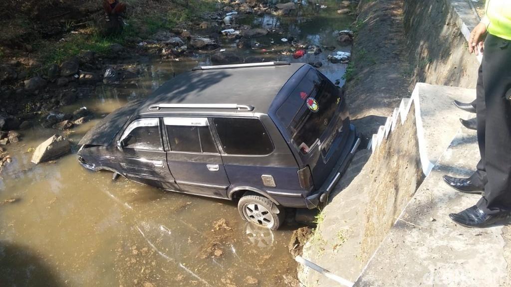 Diduga Sopir Ngantuk, Sebuah Mobil Terjun ke Sungai di Pasuruan