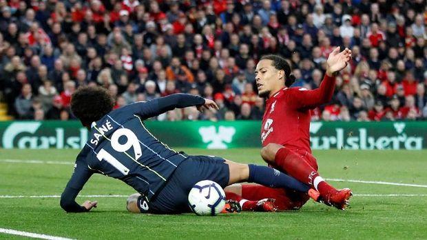 Martin Atkinson ketika memberi Manchester City tendangan penalti saat melawan Liverpool.