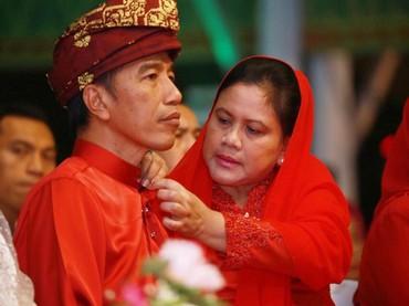 Momen ketika Iriana memasangkan kancing baju Jokowi yang lepas. Hangat sekali kebersamaan pasangan ini. (Foto: Twitter Menag Lukman)