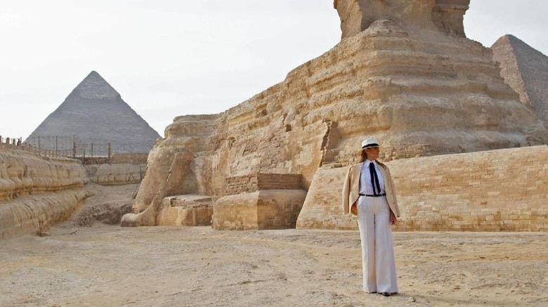 Melania mengakhiri perjalanannya di Mesir dengan mengunjungi kawasan piramida sebelum terbang ke AS (Saul Loeb/AFP/Getty Images/CNN)