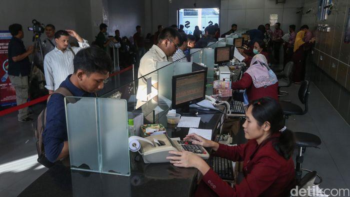 Petugas jasa penukaran uang VIP melayani nasabah di Jakarta, Senin (8/10/2018).