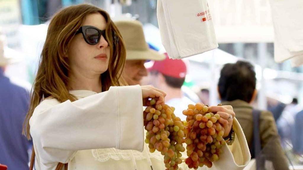 Hobi Belanja Sayuran dan Buah, Anne Hathaway Juga Suka Cream Puffs
