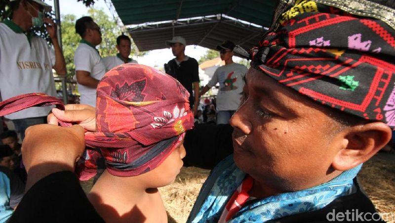 Gulat okol adalah olahraga yang terkenal dikawasan Surabaya Barat. Tradisi yang terus dilestarikan secara turun temurun untuk menjaga tali silaturahmi sesama warga (Deni Prastyo Utomo/detikTravel)