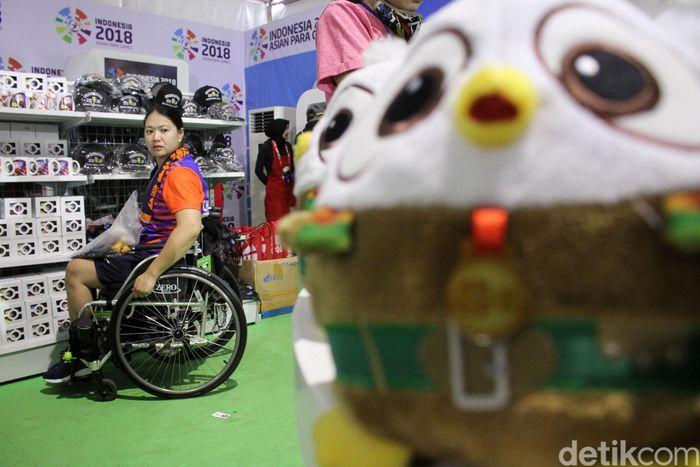 Tak hanya warga Indonesia, kontingen dari luar negeri juga berburu maskot Asian Para Games 2018.