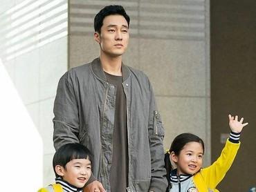 So Ji Sub yang sudah berusia 40 tahun dikenal memang sangat dekat dengan anak-anak. (Foto: Instagram @okta.51k)
