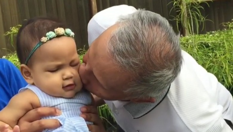 Amien Rais mencium cucunya, Sarahza (Foto: Instagram @hanumrais)