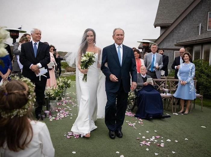 Barbara Bush menuju altar ditemani sang ayah, George W. Bush. Foto: Instagram