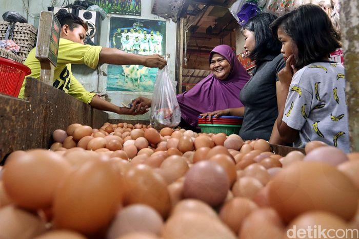Pedagang telur melayani pembeli di Pasar Tradisional Kebayoran Lama, Jakarta Selatan, Selasa (9/10/2018).