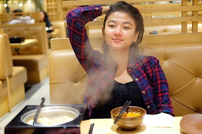 ya. Ia kerap membagikan banyak momen termasuk saat makan-makan. Ini posenya ketika makan di restoran Jepang. Foto: instagram @daraintan