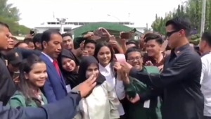 Ramai Video Aksi Paspampres Larang Pose 2 Jari Bareng Jokowi
