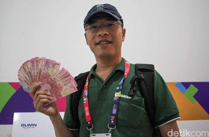 Salah satu yang memanfaatkan keberadaan money charger ini adalah para wartawan asing yang tengah meliput Asian Para Games 2018.