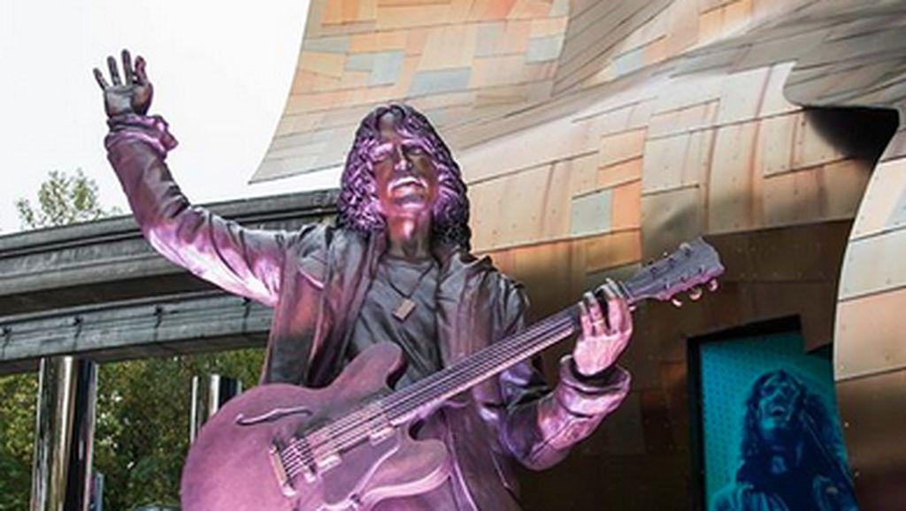 Monumen Chris Cornell Bergitar Berdiri Megah di Seattle