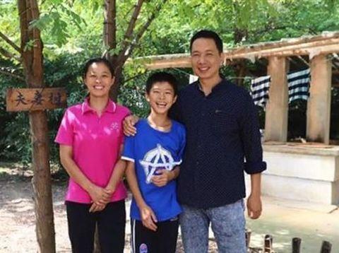 Zhu membeli sebuah pulau dan tinggal disana demi anaknya yang sedang sakit