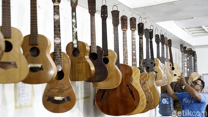 Berawal dari pemahat patung, I Wayan Tuges telah bertransformasi menjadi pembuat gitar dengan ukiran khas Bali. Kini gitarnya telah dijual ke berbagai negara.