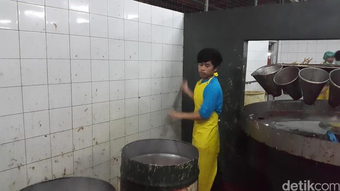 Ayam yang sudah disembelih kemudian dicelup ke air panas untuk menghilangkan bakteri.(Foto: detikHealth/Khadijah Nur Azizah)