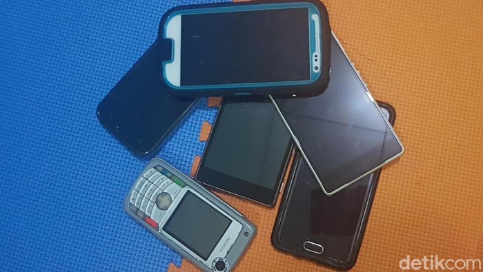 Ilustrasi sejumlah ponsel dan smartphone lawas. (Foto: Kris F/detikINET)